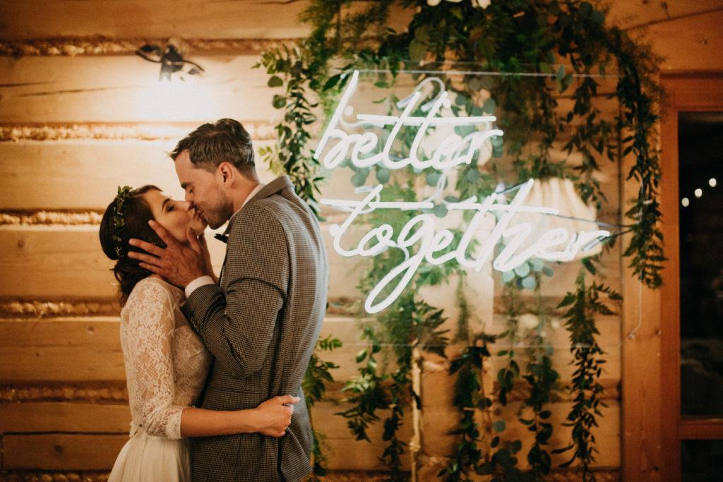 napis za stołem pary młodej, neon na ślubie