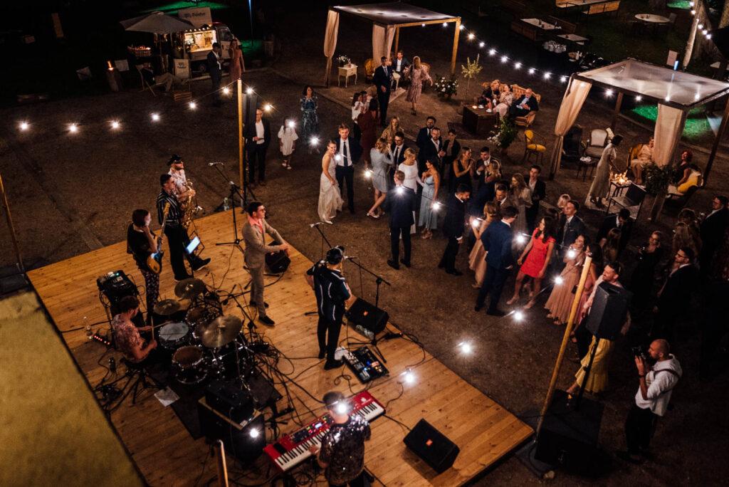 girlandy żarówkowe, wesele w plenerze